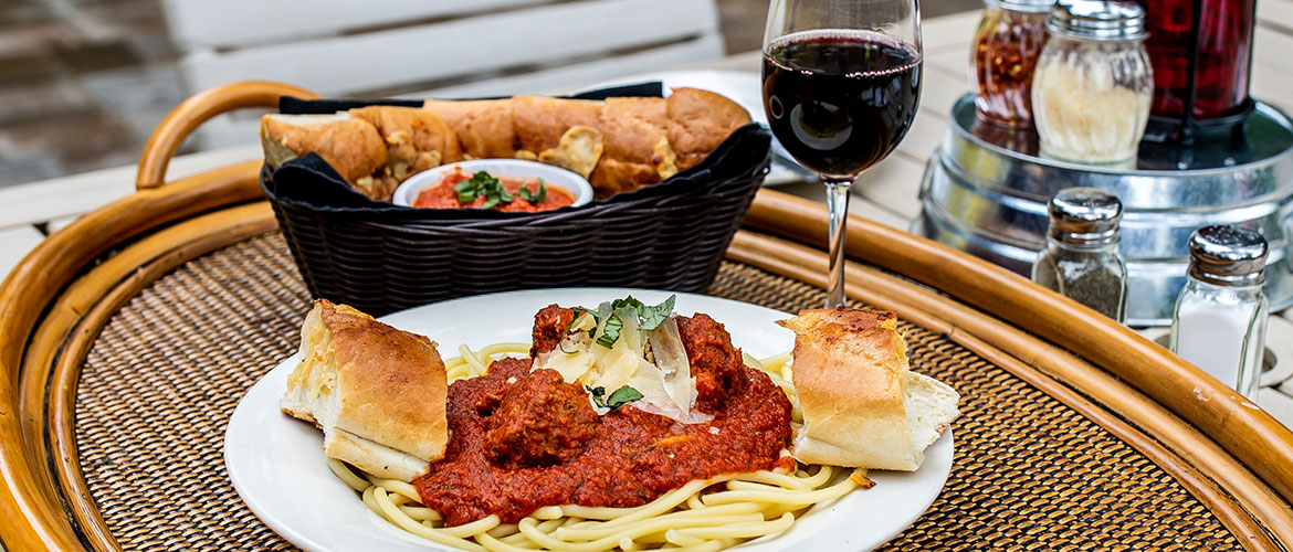 Spaghetti with side of cheese bread